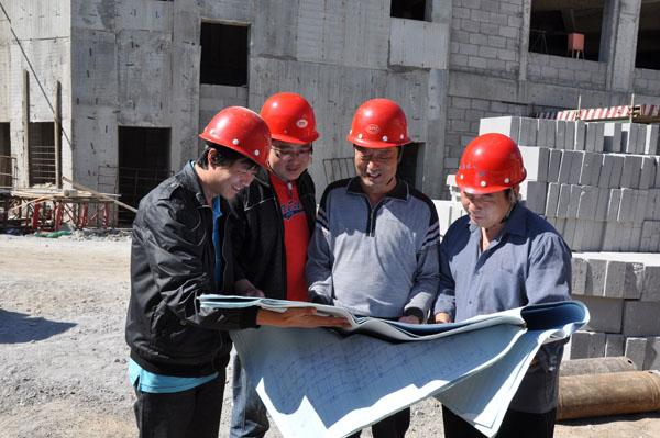 凯欣建筑技术人员正在研究施工方案